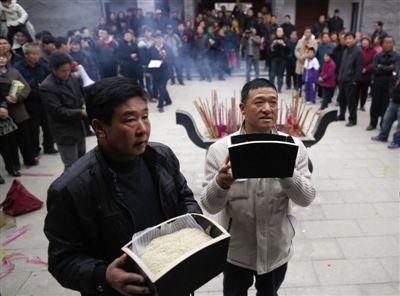 隗氏子孙在祭祖仪式上用祭品上贡。本版图片/新京报记者